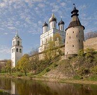 На севере Псковская область граничит с Ленинградской областью, на...