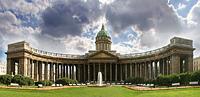Собор во имя Казанской иконы Божией Матери находится на южной стороне Невского проспекта.