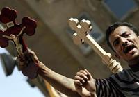 В Египте мусульмане выволокли коптов из храма во время Литургии и закидали камнями