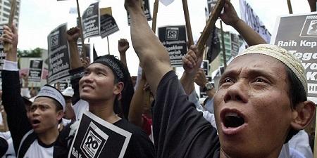 В Индонезии исламисты разгромили магазина, продававшие рождественскую символику