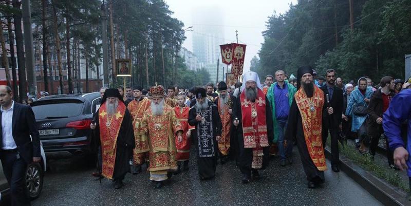 60 тысяч верующих прошли крестным ходом по пути, которым в 1918 г. провели убиенную царскую семью