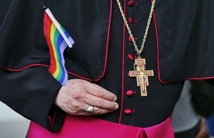 Папа Франциск заявил о необходимости извинений Церкви перед геями