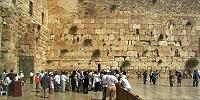 Камень, выпавший из Стены Плача в Иерусалиме, углубил трещины старых религиозных распрей