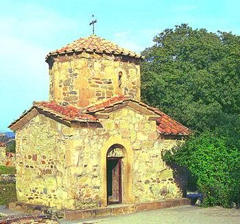 Ежевичный куст и церковь св. Нины в монастыре Самтавро в Мцхете